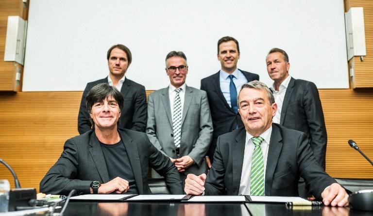 Die DFB-Führung mit dem Trainerteam der Nationalmannschaft AFP PHOTO / POOL / SIMON HOFMANN
