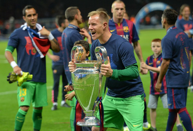 Barcelona's Torwart Marc Ter Stegen feiert mit dem CL-Pokal nachdem er mit dem FC Barcelona das UEFA Champions League Final Finale gegen Juventus Turin in Berlin am 6. Juni 2015. mit 1-3 gewonnen hat. AFP PHOTO / OLIVER LANG