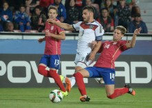 Kevin Volland im Kampf um den Ball mit Darko Brasanac (R) aus Serbien im 1.Vorrundenspiel in Prag am 17.Juni 2015. AFP PHOTO / MICHAL CIZEK