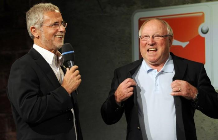 """Uwe Seeler (R) und Gerd Mueller 2010 bei der Präsentation des neuen Bundesliga-Spielballs """"Torfabrik"""" AFP PHOTO / JOHN MACDOUGALL"""