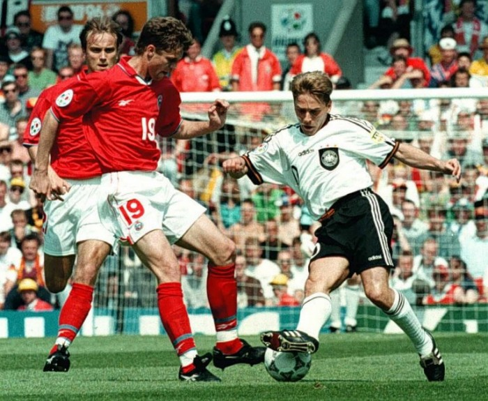 Thomas Haessler  (R) gegen die Russen Dmitri Khokhlov(L) undVladislav Radimov (C) bei der EURO 1996 in Manchester. AFP PHOTO