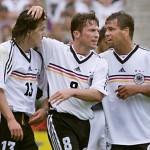 Jens Jeremies (links), Lothar Matthaus und Ulf Kirsten bei der WM 1998 gegen Yugoslawien, das Spiel endet 2:2.  (ELECTRONIC IMAGE)