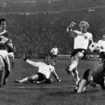 DDR-Nationalspieler Jürgen Sparwasser (Links) erzielt das Siegtor gegen Westdeutschland. Im Bild sind Horst Hoettges (C), Berti Vogts (2) und Torwart Sepp Maier am 22. Juni 1974 in Hamburg. AFP PHOTO