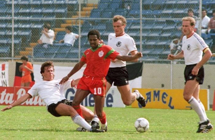 Lothar Matthaeus (L) und  Hans-Peter Briegel (Mitte) und Karl-Heinz Rummenigge bei der WM 1986 gegen Marokko. AFP PHOTO