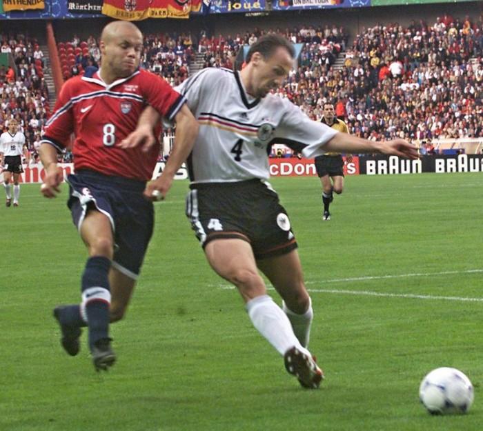 Abwehrspieler Jürgen Kohler (Mitte) im Kampf mit US-Spieler Ernie Stewart (L) beim 1998 Soccer World Cup Gruppe F Länderspiel am 15.Juni im Parc des Princes stadium in Paris. Deutschland gewinnt mit 1:0. (ELECTRONIC IMAGE)