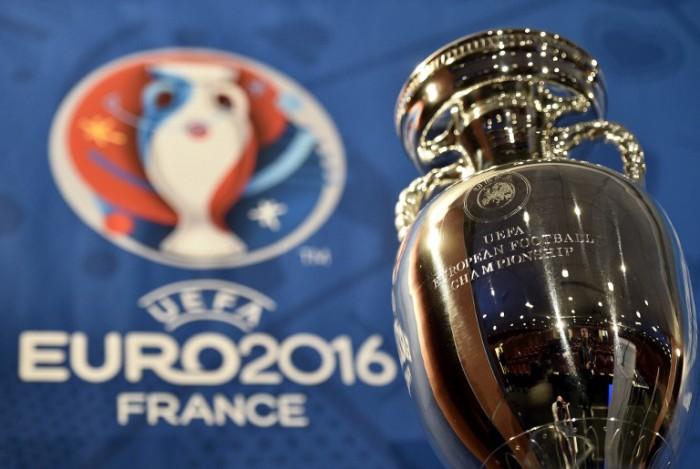 Die EM 2016 - Foto vom Henri Delaunay Cup, der Tropäe der UEFA European Football Federation (Foto AFP / UEFA)