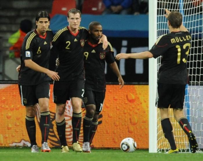 Das Deutschland Trikot in schwarz zur WM 2010: Marcell Jansen (2) mit Sami Khedira (6), Stefan Kiessling (9) und Thomas Müller gegen Uruguay in Port Elizabeth. AFP PHOTO / RODRIGO ARANGUA