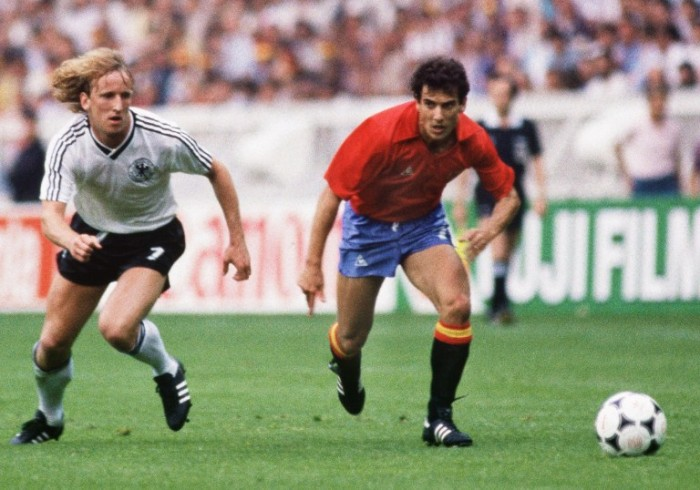Andreas Brehmeim weißen DFB-Trikot 1984 im Parc des princes in Paris. (Foto AFP)