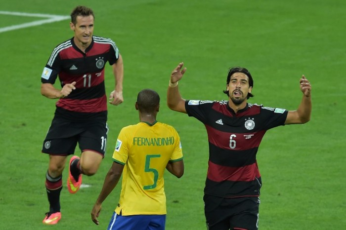 Sami Khedira und Miroslav Klose (L) feiern im rot-schwarz gestreiften Auswärtstrikot der WM 2014 im Mineirao Stadium in Belo Horizonte das 7:1 gegen Brasilien. AFP PHOTO / GABRIEL BOUYS