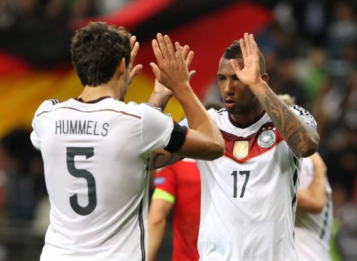 Mats Hummels und Jerome Boateng im DFB Trikot 2015. AFP PHOTO / DANIEL ROLAND