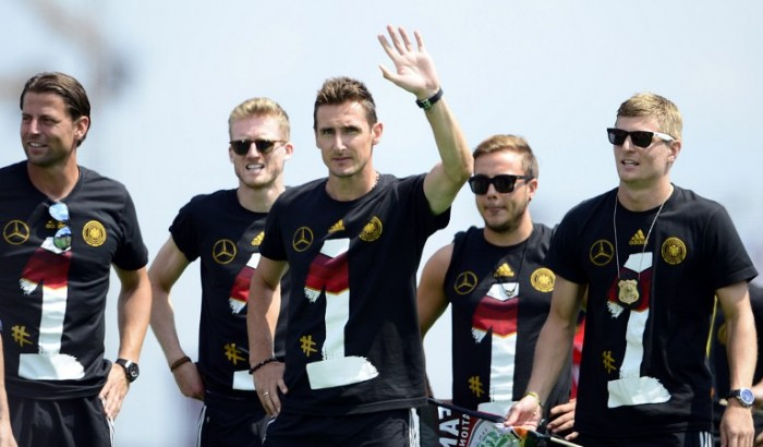 Die deutschen Weltmeister 2014 in Sieger-T-Shirts. AFP PHOTO / ROBERT MICHAEL