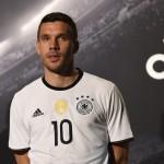 Lukas Podolski im neuen DFB Trikot 2016 (AFP PHOTO / TOBIAS SCHWARZ)
