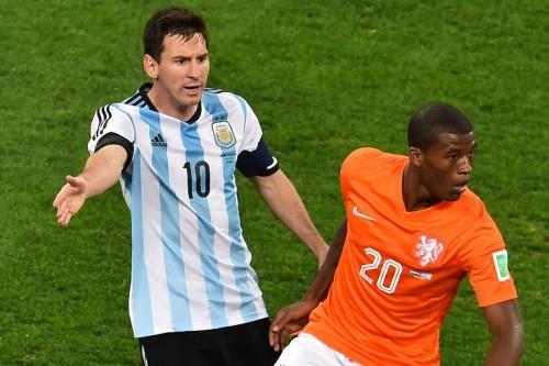 Argentiniens Kapitän Lionel Messi (L) im weiß-blauen Heimtrikot und Hollands Georginio Wijnaldum im orangen Heimtrikot beim WM 2014 Halbfinale am 9.Juli 2014 (AFP PHOTO / GABRIEL BOUYS)