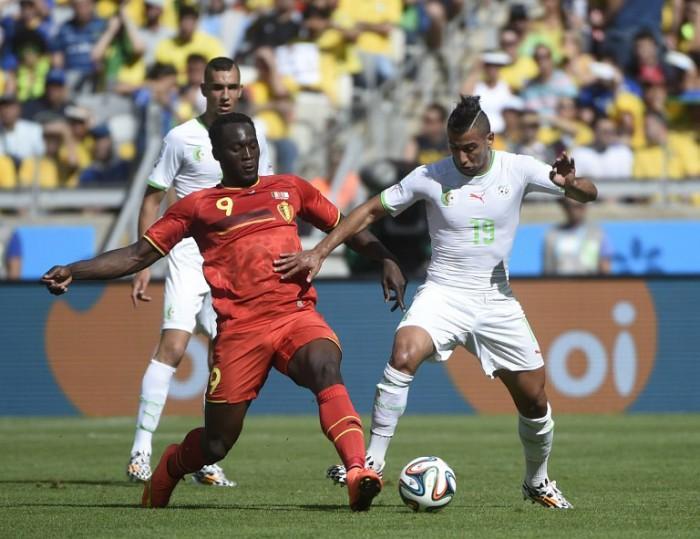 Der Belgier Romelu Lukaku (L) und Algeriens Saphir Taider beim Gruppe H bei der WM 2014 am 17.June 2014. AFP PHOTO / MARTIN BUREAU