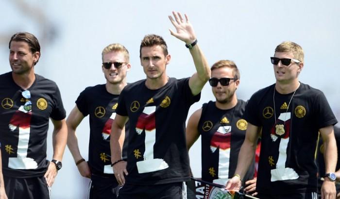 Die deutsche Fußballnationalmannschaft trägt schwarze Deutschland-Trikots nach dem Gewinn der Fußball-Weltmeisterschaft! AFP PHOTO / ROBERT MICHAEL
