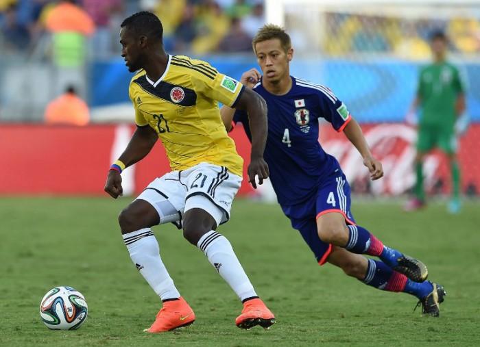 Kolumbiens Jackson Martinez (L) und Japan's Stürmer Keisuke Honda beim WM 2014 Gruppe C Spiel in der Pantanal Arena in Cuiabaam 24.Juni 2014. AFP PHOTO / TOSHIFUMI KITAMURA