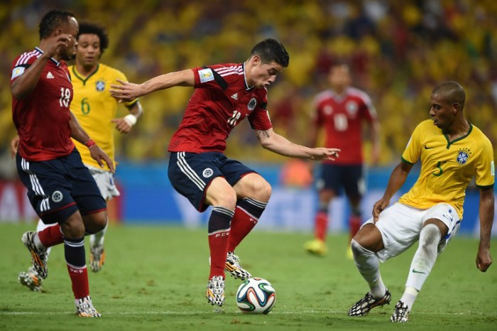 Kolumbiens James Rodriguez (C) mit dem Brasilianer Fernandinho beim WM 2014 Viertelfinale im Castelao Stadium in Fortaleza dam 4.Juli 2014. AFP PHOTO / EITAN ABRAMOVICH