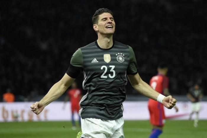Stürmer Maro Gomez feiert sein Tor zum 2:0 gegen England am 26.03.2016 im neuen DFB Auswörtstrikot. / AFP / ODD ANDERSEN