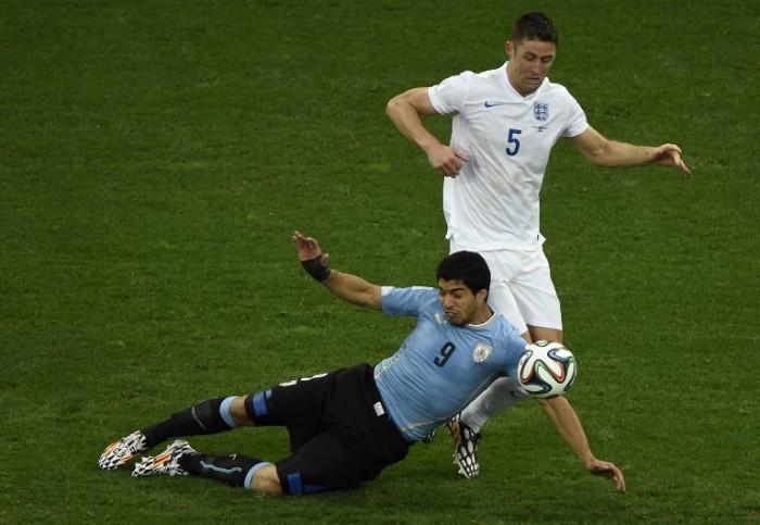 Uruguay's Luis Suarez (L) mit dem Engländer Gary Cahill (R) bei der WM 2014 am 19 Juni 2014. AFP PHOTO / JUAN BARRETO