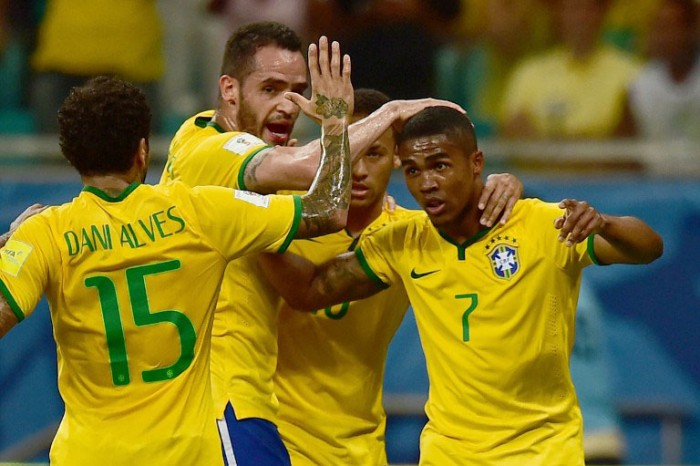 Brasilien feiert das Tor von Douglas Costa (R) gegen Peru beim Qualifikationspiel innerhalb der FIFA World Cup South American Qualifiers am 17.November 2015. AFP PHOTO / CHRISTOPHE SIMON / AFP / CHRISTOPHE SIMON