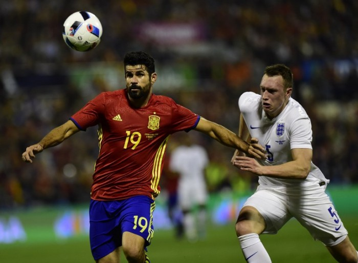 Spaniens StürmerDiego Costa (L) gegen England's Phil Jones am 13.November 2015. AFP PHOTO/ PIERRE-PHILIPPE MARCOU / AFP / PIERRE-PHILIPPE MARCOU