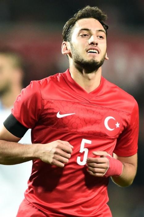 Hakan Calhanoglu im neuen EM Trikot der Türkei am 17.November 2015 in Istanbul. AFP PHOTO/OZAN KOSE / AFP / OZAN KOSE