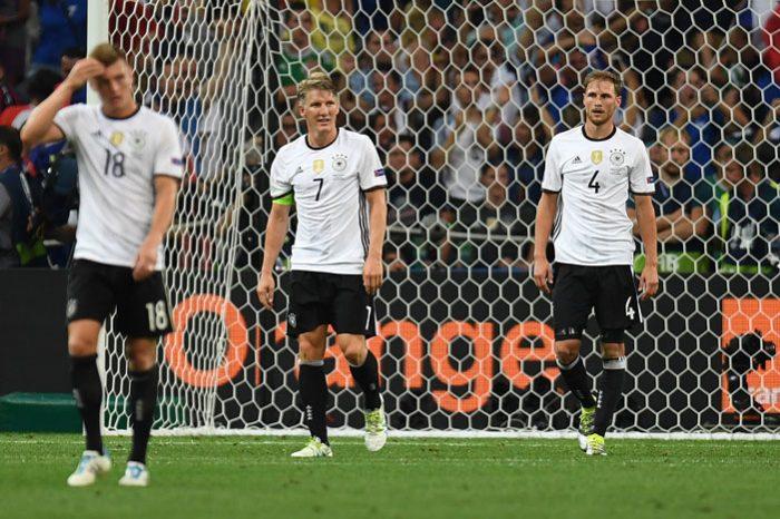Toni Kroos, Bastian Schweinsteiger und Benedikt Höwedes verlieren gegen Frankreich im Stade Velodrome in Marseille am 7.Juli 2016. AFP PHOTO / PATRIK STOLLARZ