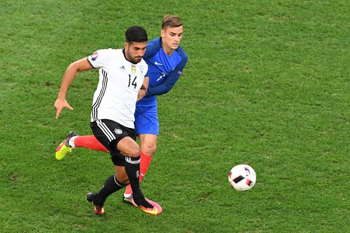 Der Franzose Antoine Griezmann (R) und Emre Can im EM-Halbfinale 2016. / AFP PHOTO / BORIS HORVAT