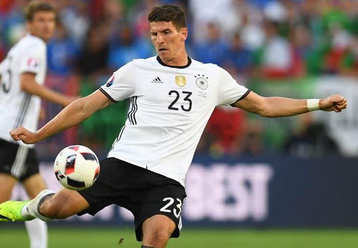 Mario Gomez gegen Italien im EM2016-Viertelfinale am 2.Juli 2016. / AFP PHOTO / PATRIK STOLLARZ