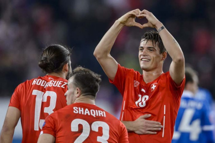 Granit Xhaka (R) mit Ricardo Rodriguez (L) und Xherdan Shaqiri in der Euro 2016 qualifying group E football gegen Estonia. AFP PHOTO / FABRICE COFFRINI