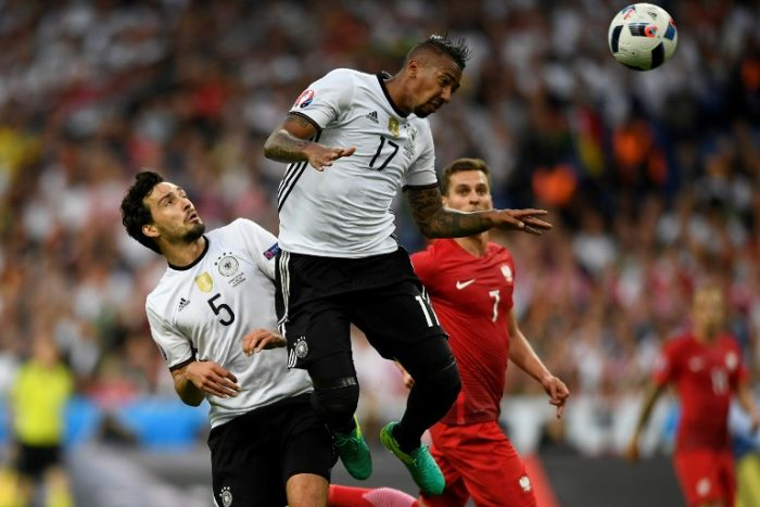 Jerome Boateng beim Kopfball gegen Polen im EM-Vorrundenspiel am 16.Juni 2016. / AFP PHOTO / LIONEL BONAVENTURE
