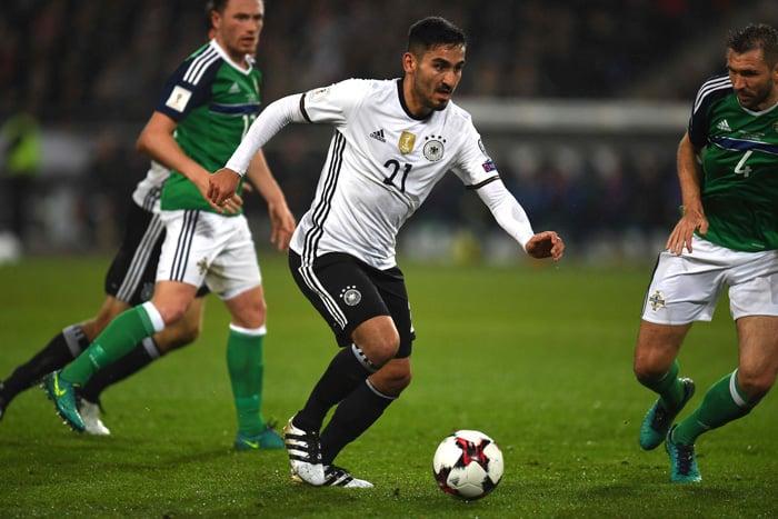 Ilkay Guendogan im Deutschland Trikot 2016 gegen Nordirland am 11.Oktober 2016. / AFP PHOTO / Patrik STOLLARZ