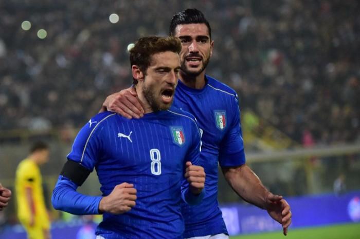 Italiens Claudio Marchisio (L) und Graziano Pelle (R) im neuen Italien EM 2016 Trikot gegen Rumänien am 17.November 2015 at Renato Dall'Ara Stadium in Bologna. AFP PHOTO / GIUSEPPE CACACE / AFP / GIUSEPPE CACACE