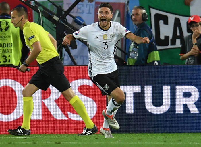 Abwehrspieler Jonas Hector trifft als letzter Schütze beim Elfmeterschießen gegen Italien im EM-Halbfinale am 2.Juli 2016. / AFP PHOTO / PATRIK STOLLARZ