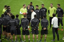 Germany's head coach  Joachim Loew (C) speaks to his players during a training session at the Stade de France stadium in Saint-Denis, north of Paris, on November 12, 2015, on the eve of a friendly football match between France and Germany.  AFP PHOTO / FRANCK FIFE / AFP / FRANCK FIFE