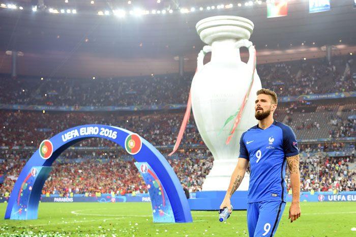 Frankreichs Olivier Giroud enttäuscht nach dem verlorenen EM-Finale gegen Portugal im Stade de France in Saint-Denis, am 10. Juli 2016. / AFP PHOTO / PATRIK STOLLARZ