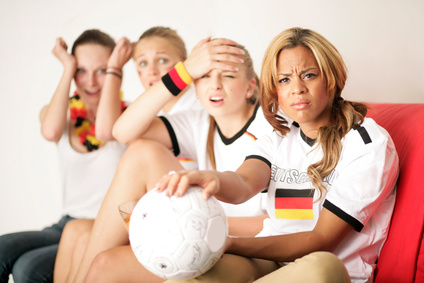 Fussball Fans Zuhause am TV (© Peter Atkins - Fotolia.com)