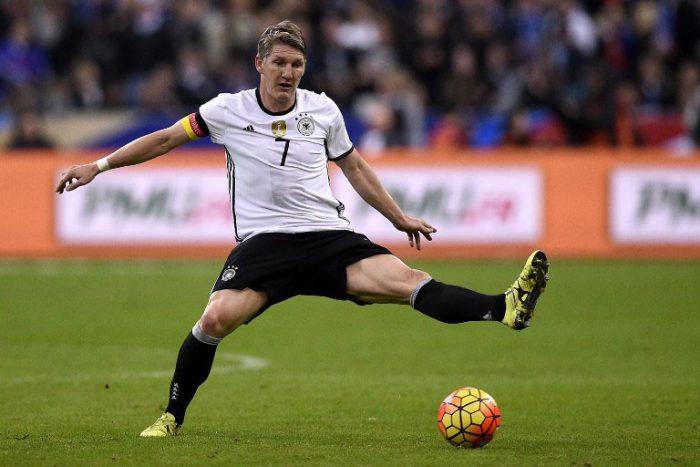 Begehrtes Matchworn: Bastian Schweinsteiger beim Testspiel gegen Frankreich am 15.11.2015 in Paris. AFP PHOTO / FRANCK FIFE