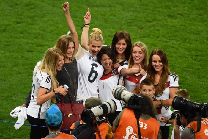 Spielerfrauen feiern den WM-Titel 2014 im Maracana Stadium in Rio de Janeiro am 13.Juli 2014. AFP PHOTO / CHRISTOPHE SIMON