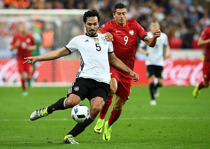 Mats Hummels (L) gegen Polens Robert Lewandowski beim Euro 2016 Vorrundenspiel am 16.Juni 2016. / AFP PHOTO / FRANCK FIFE