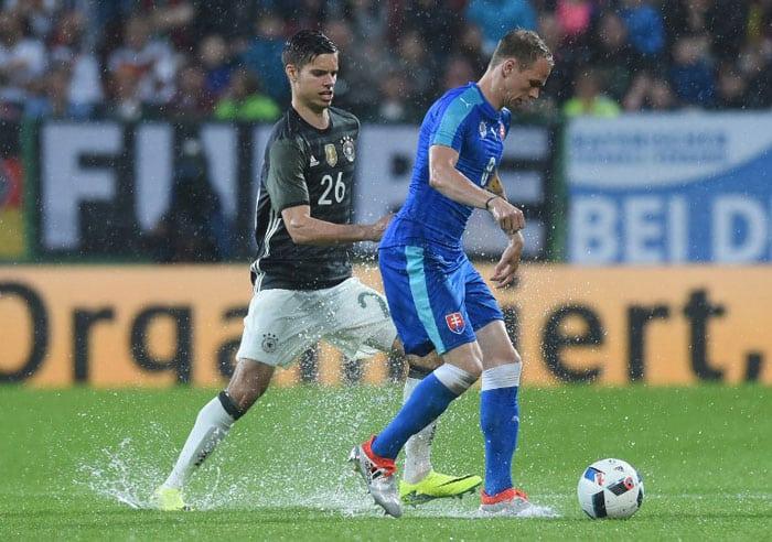 Der Slowake Ondrej Duda (R) gegen Julian Weigl (L) beim Freundschaftsspiel in Augsburg am 29.Mai 2016. / AFP PHOTO / CHRISTOF STACHE