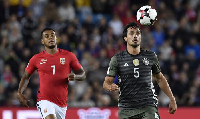 Mats Hummels (R) gegen Norwegens Stürmer Joshua King beim 1. World Cup 2018 Qualification Match gegen Norwegen am 4.September 2016. / AFP PHOTO / John MACDOUGALL