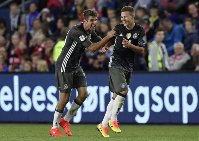Thomas Müller und Joshua Kimmich feieren das 2:0 gegen Norwegen am 4.September 2015. / AFP PHOTO / John MACDOUGALL