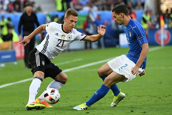 Joshua Kimmich gegen den Italiener Mattia De Sciglio beim Viertelfinalspiel gegen Italien bei der EM 2016 am 2.Juli 2016. / AFP PHOTO / VINCENZO PINTO