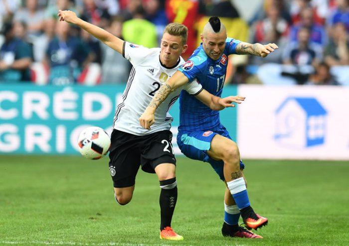 Der Slowake Marek Hamsik (R) gegen Joshua Kimmich beim EM-Achtelfinale am 26.Juni 2016. / AFP PHOTO / PATRIK STOLLARZ