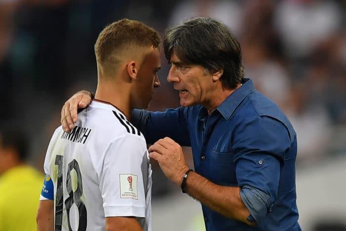 Bundestrainer Joachim Löw (R) spricht mit Joshua Kimmich beim FIFA Confederations Cup 2017 am 25.Juni 2017. / AFP PHOTO / Yuri CORTEZ
