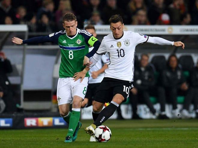 Mesut Özil und Kyle Lafferty (Foto AFP)