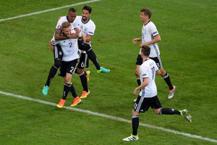 Shkodran Mustafi trifft zum 1:0 gegen die Ukraine im Stade Pierre Mauroy in Lille am 12.Juni 2016. / AFP PHOTO / Denis CHARLET