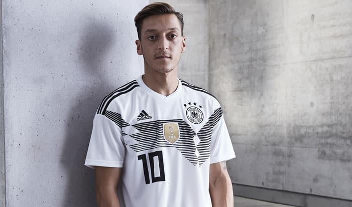 Mesut Özil im neuen DFB Deutschland Trikot 2018 zur Fußball WM 2018 in Russlan (Copyright adidas Presse)