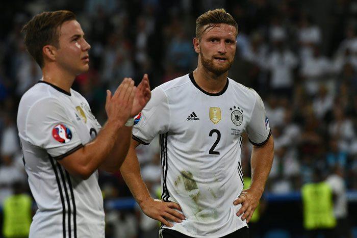 Shkodran Mustafi (rechts) nach dem EM-Halbfinale gegen Frankreich am 7.Juli 2016. / AFP PHOTO / ANNE-CHRISTINE POUJOULAT